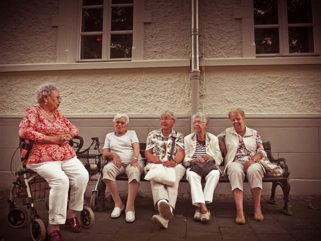 老後の生活を心配するフリーランス女性の画像