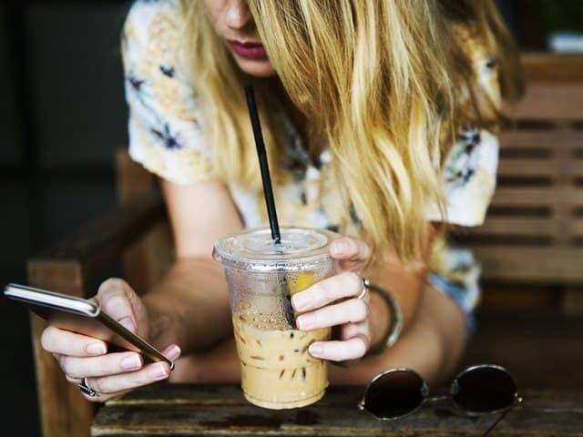 スマートフォンを触る女性の写真