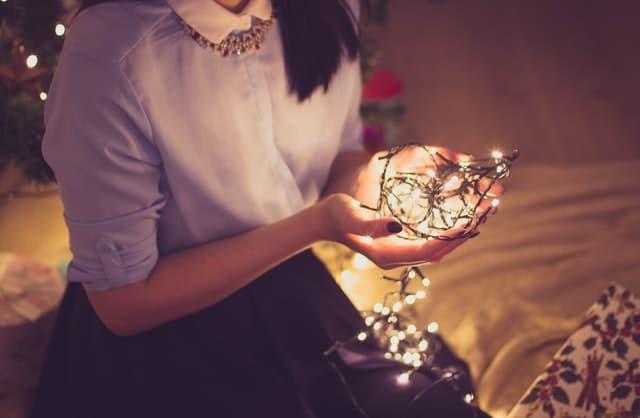 クリスマスのオーナメントを手に持つ女性の画像