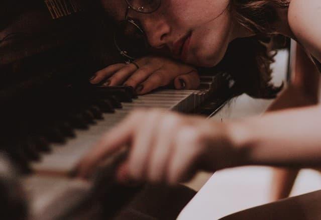 ピアノを弾く女性の画像