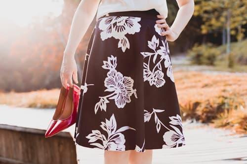 スカートとハイヒールを持った女性の画像