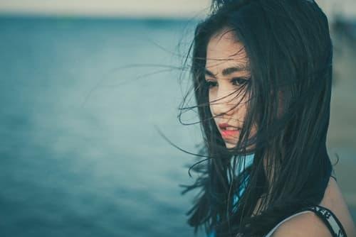 海辺の女性画像