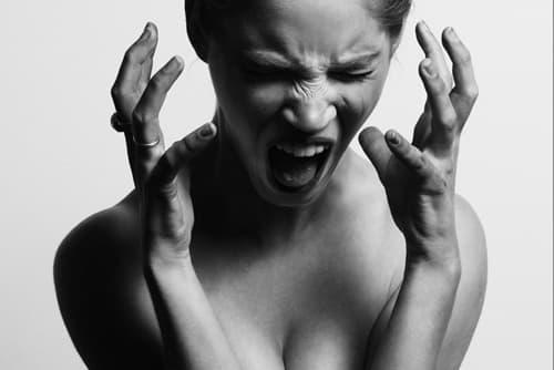 頭を抱えた女性の画像