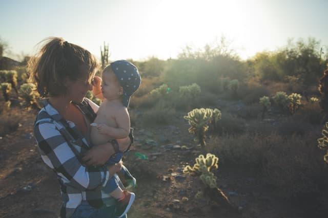 赤ちゃんを抱きかかえる女性のサムネイル画像