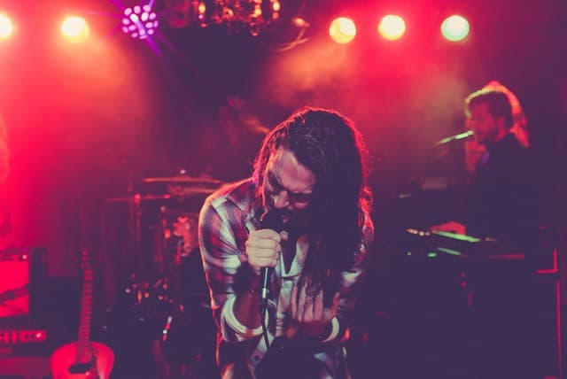 バンドのボーカル男性が熱唱しているサムネイル画像