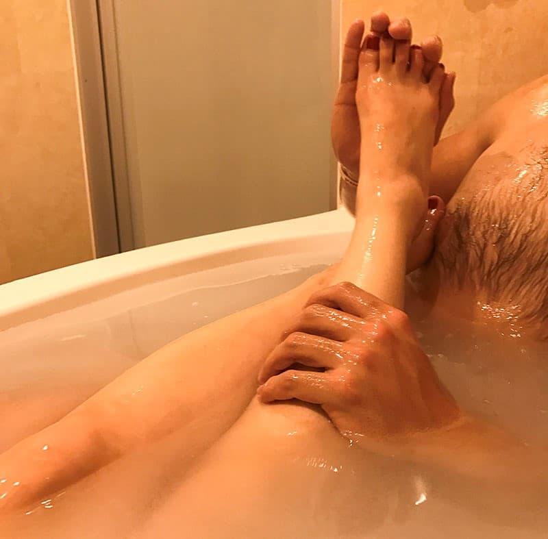 LCローションバストロケアウで元鈴木さんの足をマッサージする旦那さんの画像