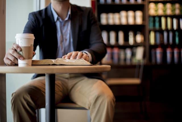 カフェに佇む男性の画像