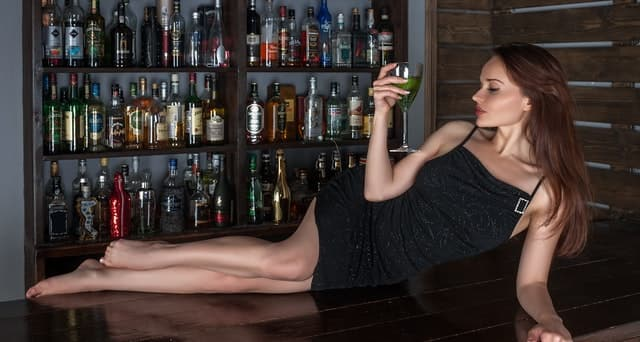 バーカウンターに寝そべる女性のサムネイル画像