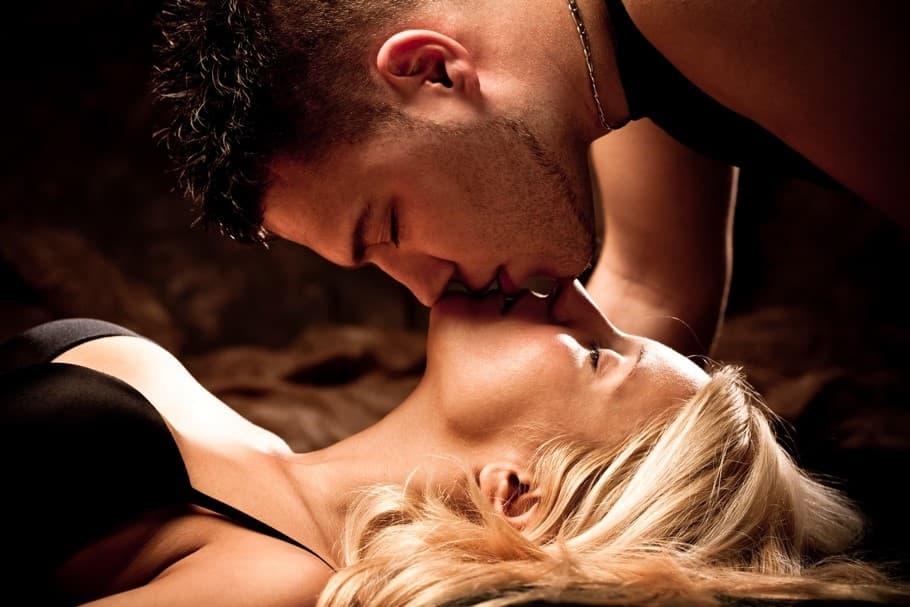 """>シックスナイン状態でキスする男女のサムネイル画像""""> </div> <div></div> <div class="""