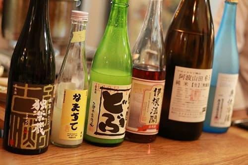 さまざま日本酒が並ぶ画像