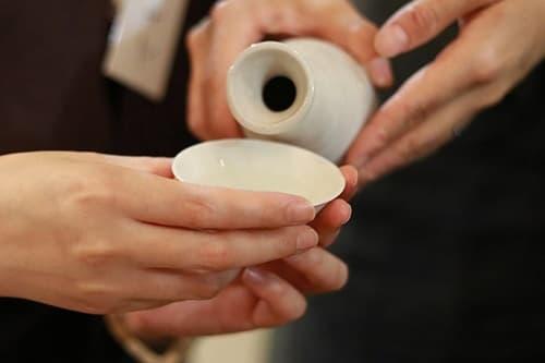 和やかな雰囲気で日本酒を堪能画像