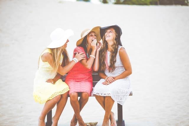 帽子をかぶった3人の女性が談笑しているサムネイル画像