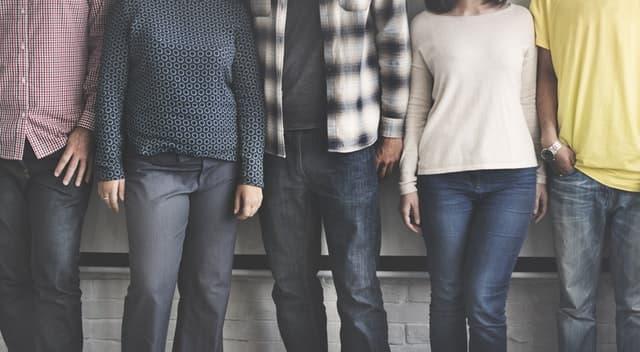 3人の男性と2人の女性が体が触れ合う距離で横に並ぶサムネイル画像