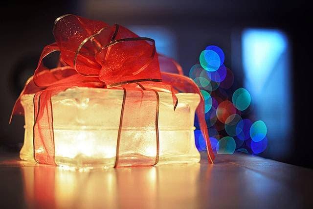 優しく温かい光を放つプレゼント型ランプの画像