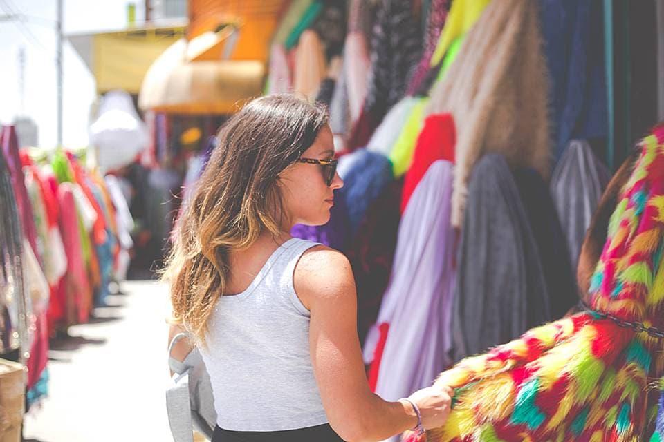 一人で買い物を楽しむ女性の写真