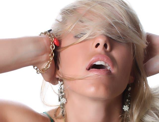 口を開けて誘うブロンドヘアーの女性の画像
