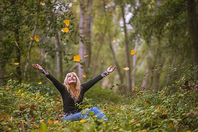 緑の中満ち足りている女性の写真