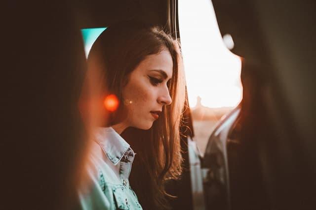 うつむいて物思いにふける女性の画像
