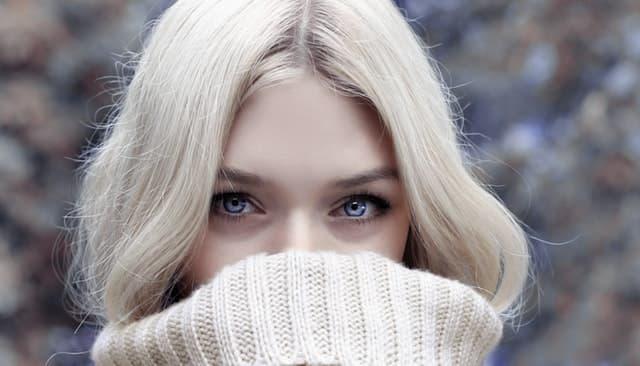 白い髪、白い肌、白い瞳、白い服の女性の画像