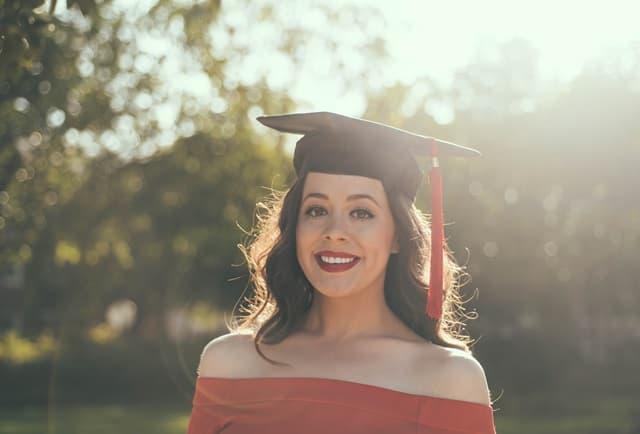 妙齢の女性が卒業式の学帽を被っている画像
