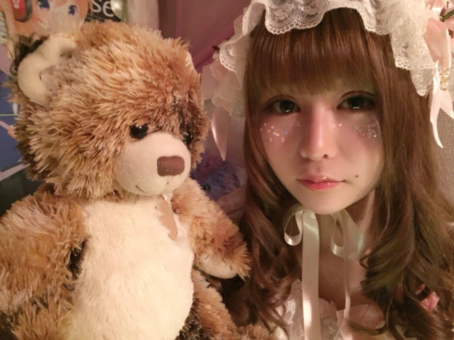 少年院出身アイドル戦慄かなのさんと熊のぬいぐるみの画像