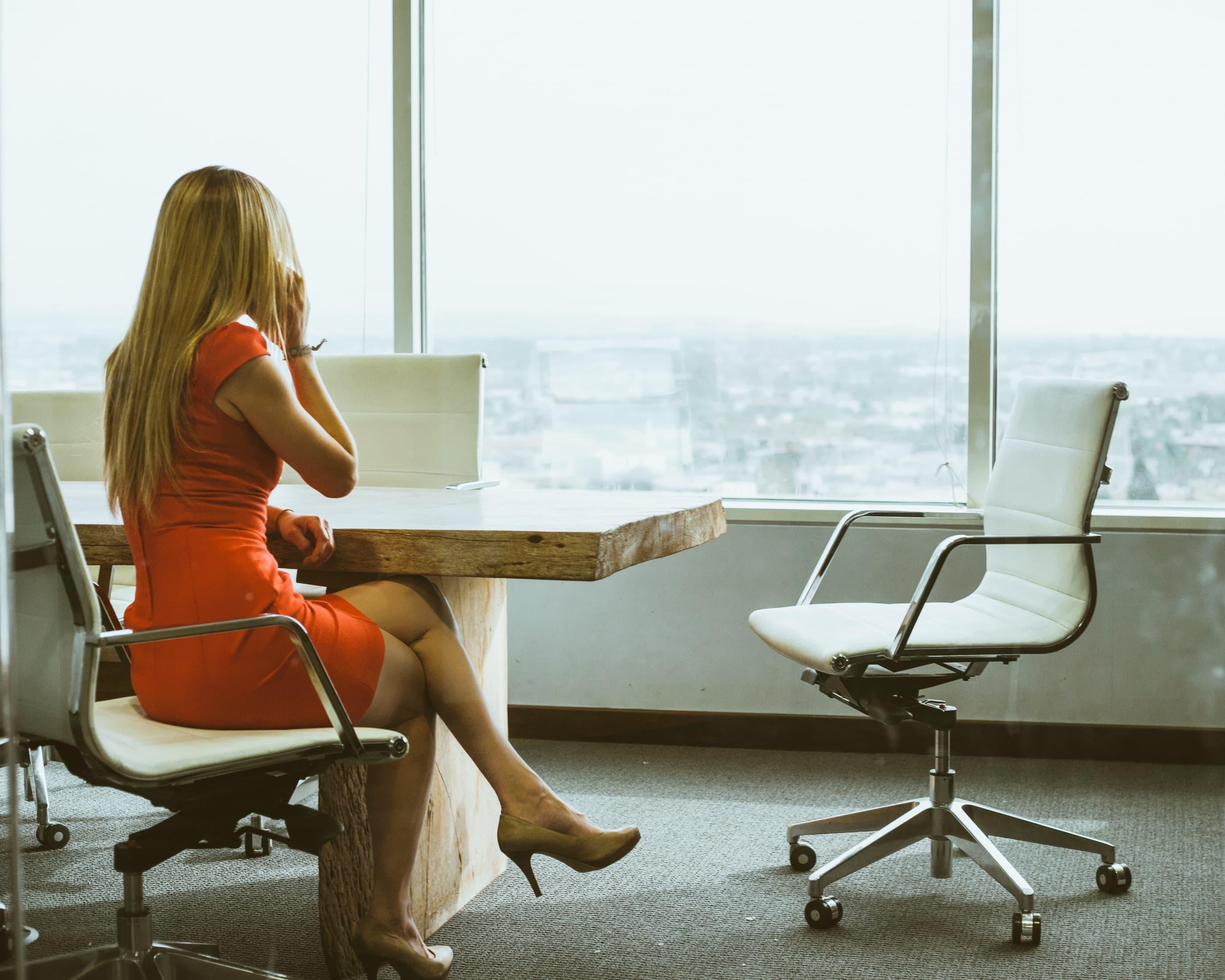 ハイスペックなキャリアウーマン女子の目の前が空席になっている画像