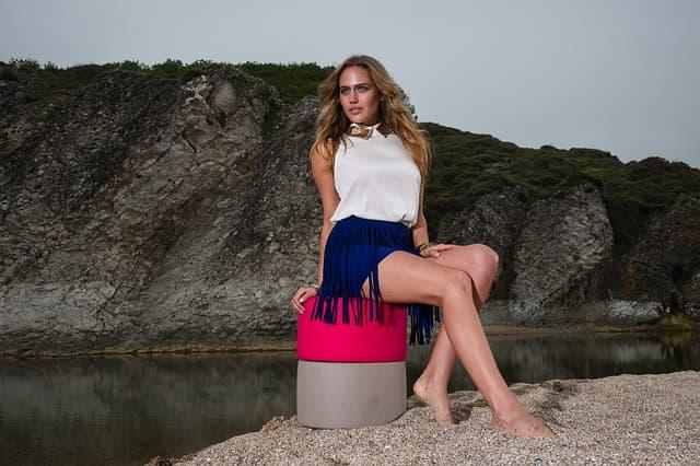 ミニスカートを履いている女性の画像