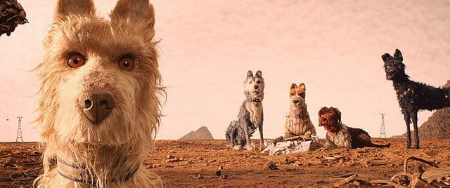 ウェス・アンダーソン監督映画『犬ヶ島』の荒野に5頭の犬がいるシーン