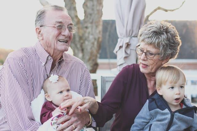 義母と義父が子どもの面倒を見てくれている画像