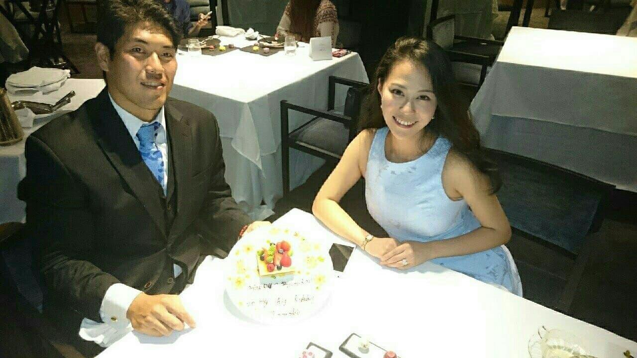 元鈴木さんとゴリラが食事をしている画像