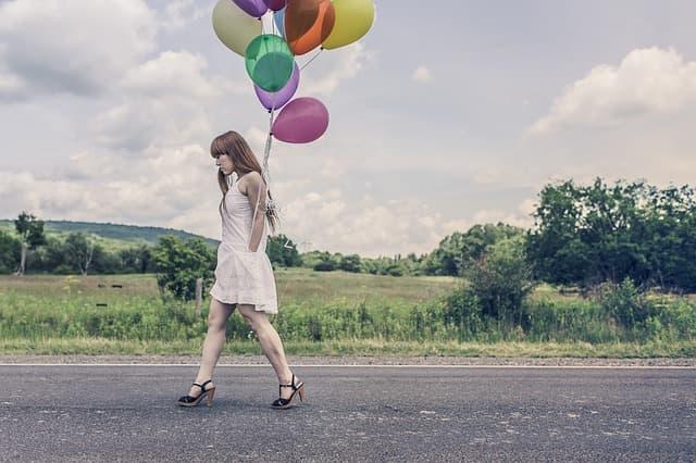 風船をもち歩く女性の画像