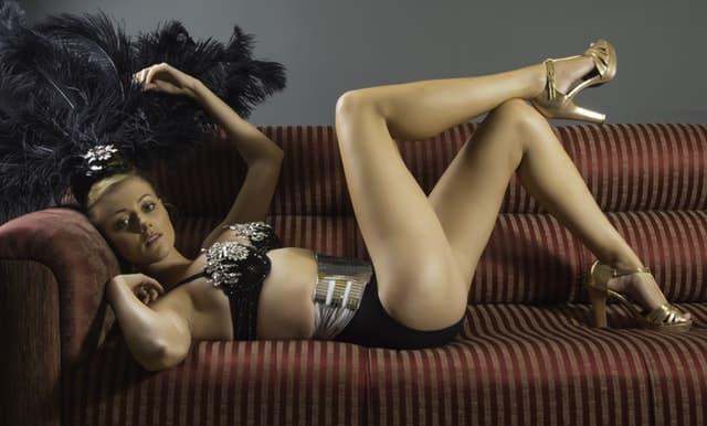 ランジェリー姿でソファーに寝転ぶ女性の画像