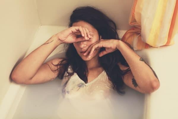 失恋してバスタブで自殺しようとする女性の画像