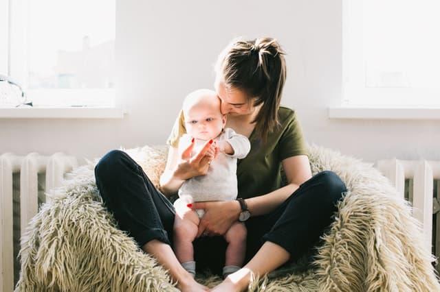 赤ちゃんを抱いている女性の画像
