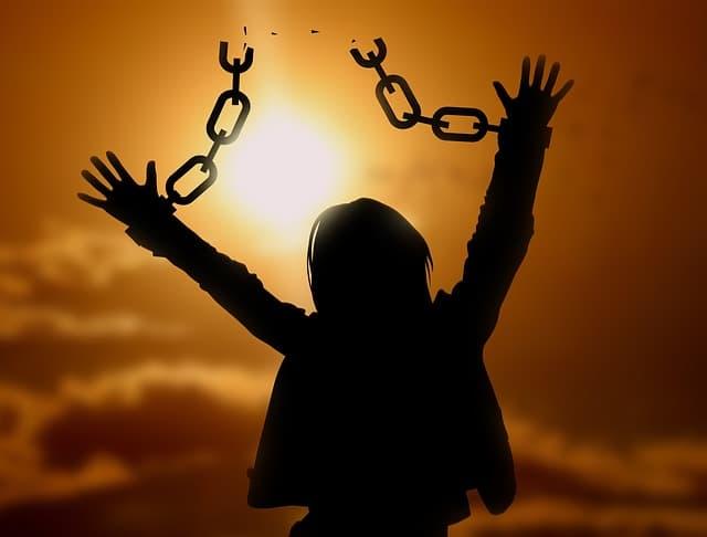 毒親に虐待を受けた子供が連鎖を断ち切る画像