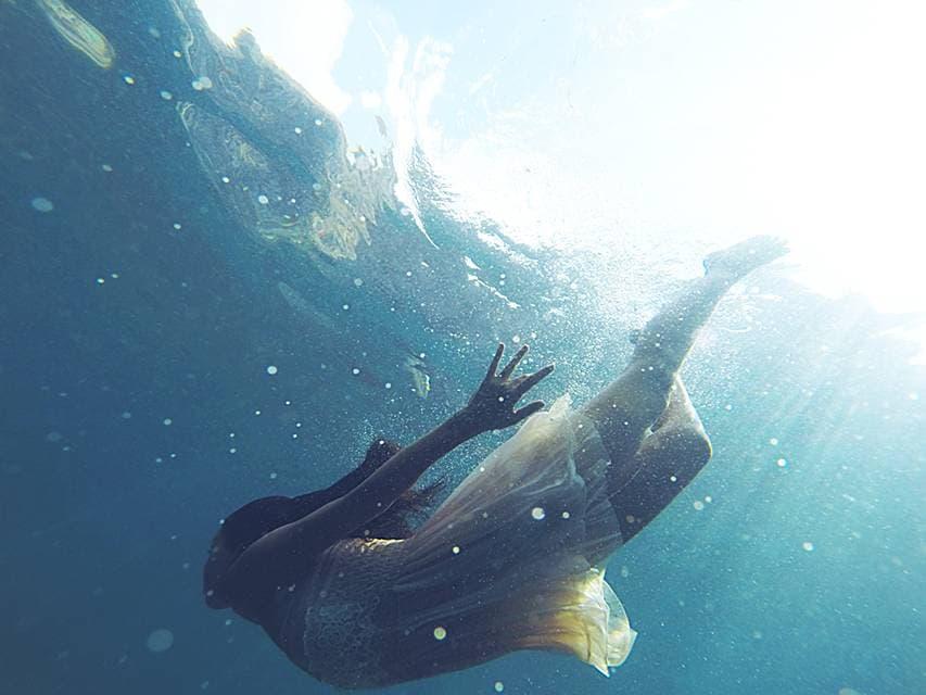 恋愛という海に陶酔する女性の画像