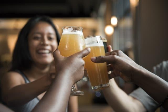 飲み会でモテる女性の画像