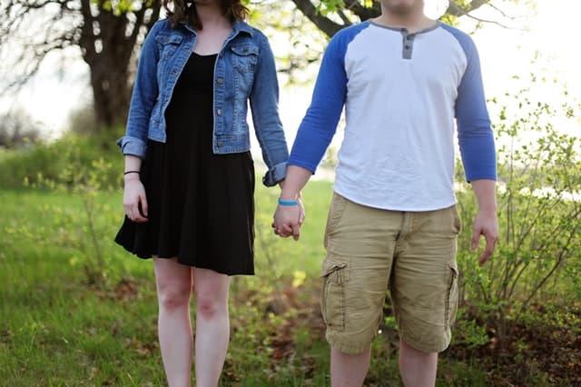 人として尊重しあうカップルが手をつないでいる画像