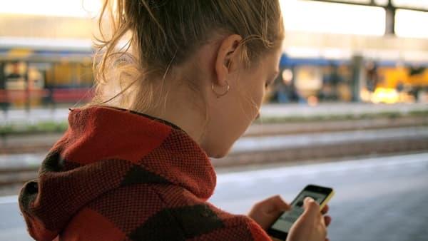 つい元カレのSNSのネトストをしてしまう女性の画像