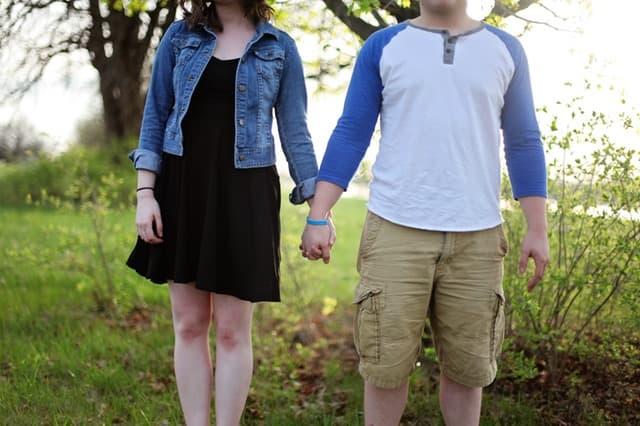 手を繋ぐ夫婦の画像