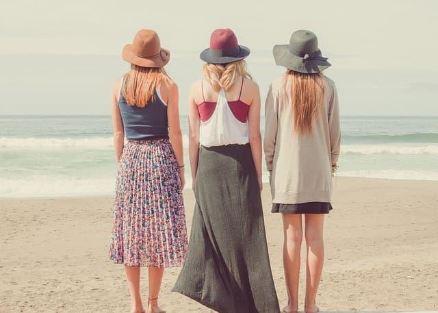 砂浜に並ぶ女性たちの画像