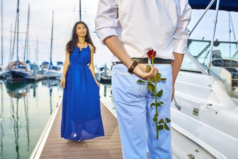 旦那さんが奥さんにバラをサプライズでプレゼントしようとしている像