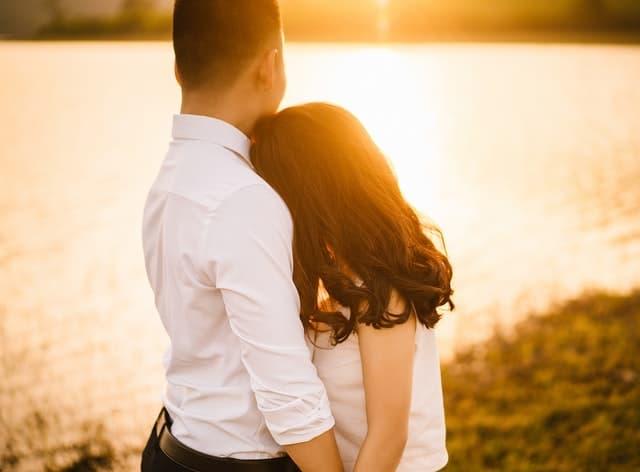 仕事を優先したいと考えている彼氏に結婚を迫る彼女の画像