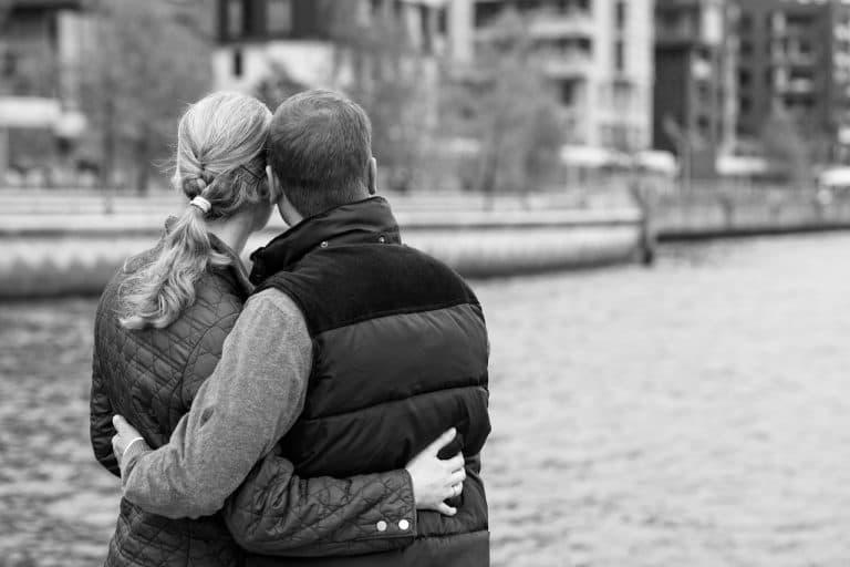 セーヌ川見ながら寄り添う夫婦の画像