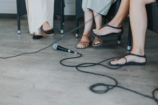 オンラインサロンのオフ会イベントで話す3名の女性の画像