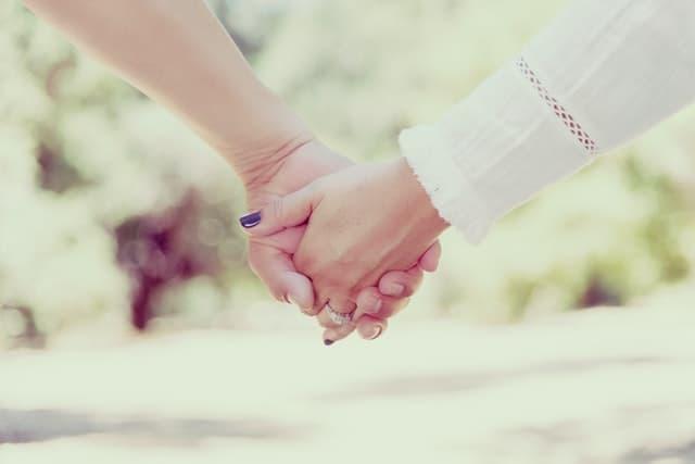 夫婦の繋がれている手の画像