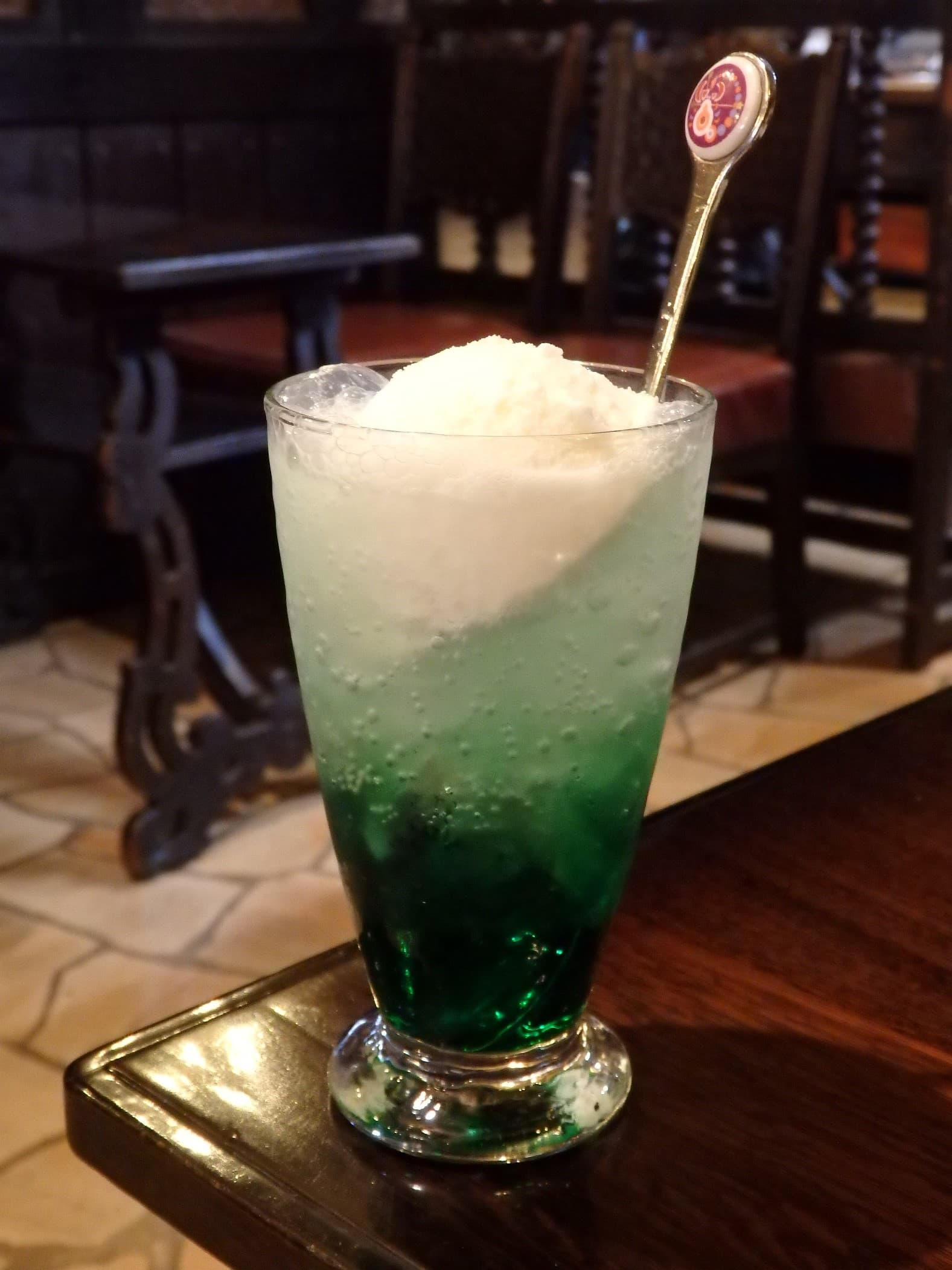 姫路駅近くの純喫茶「茶房大陸」のクリームソーダ