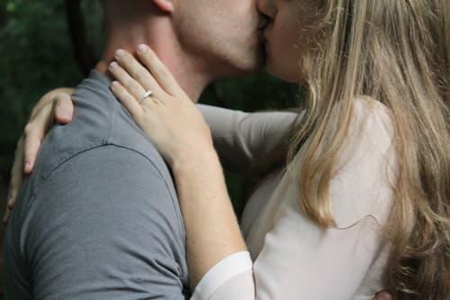 セックスレスを解消してキスするカップルの画像