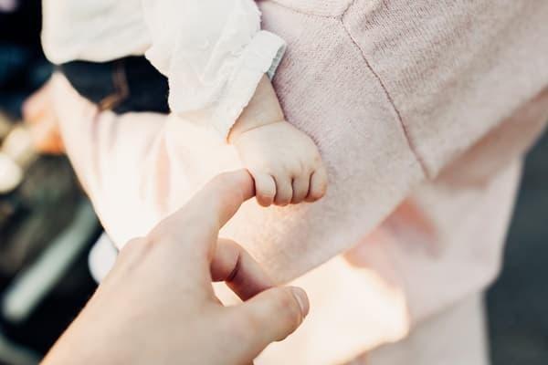 赤ちゃんに優しく接する人の画像