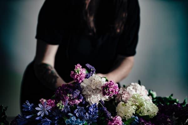 父の葬式の喪主を務める女性の画像